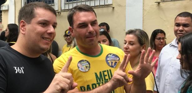 Eleitor ao lado de Flávio Bolsonaro, eleito senador no Rio de Janeiro pelo PSL