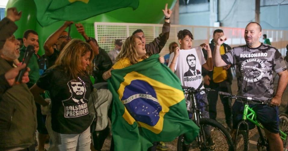 Eleitores do candidato Jair Bolsonaro (PSL) comemoram início das apurações  na Avenida Paulista