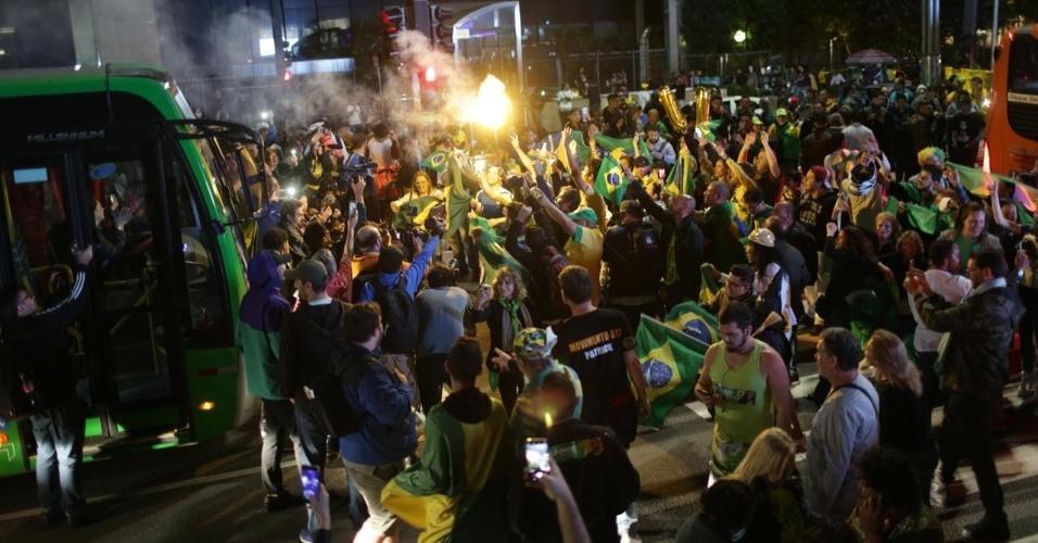 28.out.2018 Eleitores de Jair Bolsonaro fecham os dois sentidos da avenida Paulista