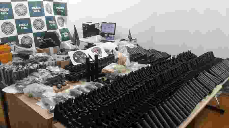 12.03.2019 - Polícia Civil do RJ encontrou 117 fuzis do tipo M-16 na casa de amigo de suspeito de matar Marielle - Divulgação/Polícia Civil do RJ