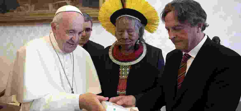 27.mai.2019 - Papa Francisco troca presentes com o indígena brasileiro Raoni Metuktire no Vaticano - Vatican Media/AFP