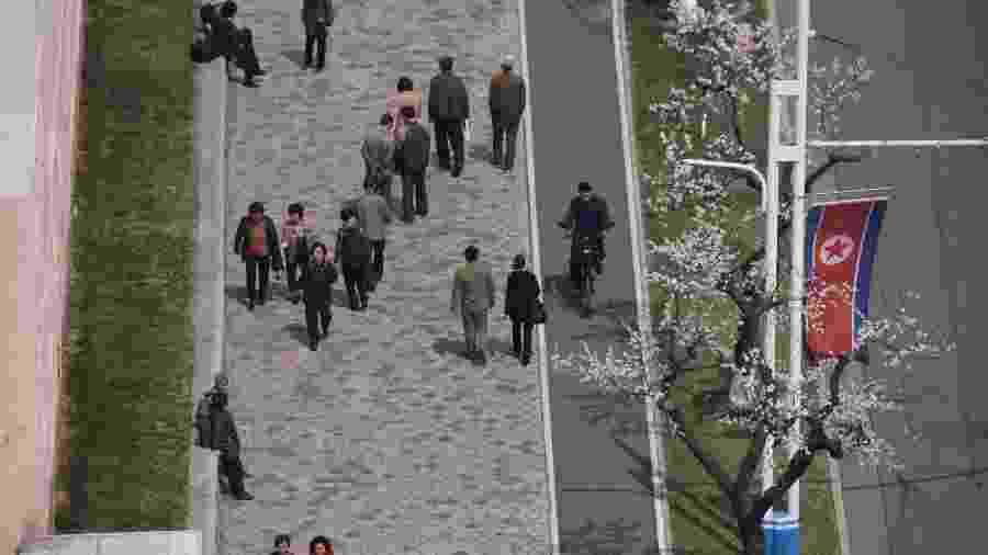 12.abr.2019 - Pedestres em Pyongyang, na Coreia do Norte - Ed JONES / AFP