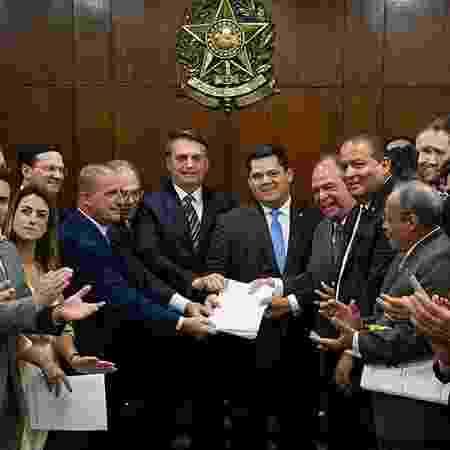 Paulo Guedes e Jair Bolsonaro entregam ao presidente do Senado, Davi Alcolumbre, pacote de reformas econômicas - Agência Senado