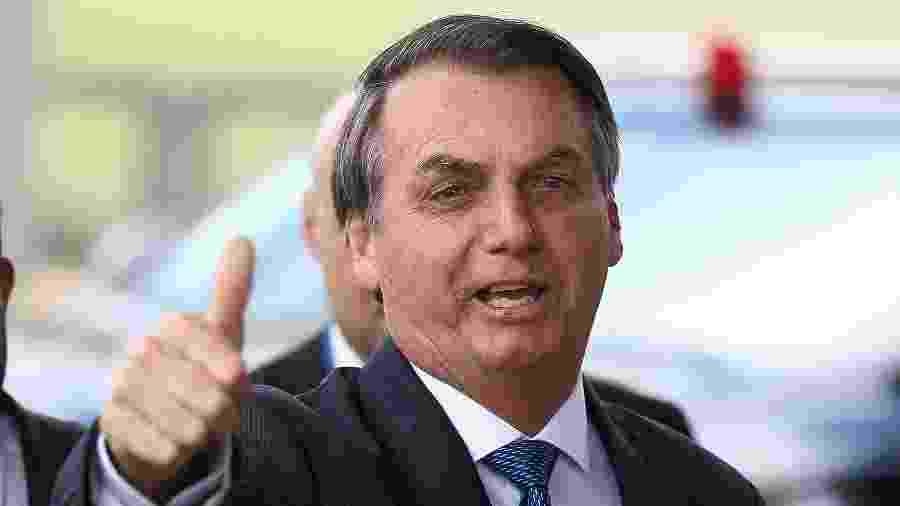 12.dez.2019 - O presidente Jair Bolsonaro cumprimenta apoiadores ao sair do Palácio da Alvorada - Pedro Ladeira/Folhapress
