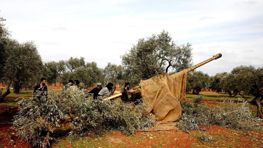 27.fev.2020 - Sírios carregam artilharia perto de Idlib, na Síria - Umit Bektas/Reuters