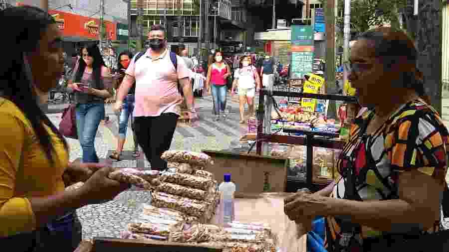 30.abr.2020 - Movimento no centro do Rio indica menor adesão às medidas de isolamento social - Herculano Barreto Filho/UOL