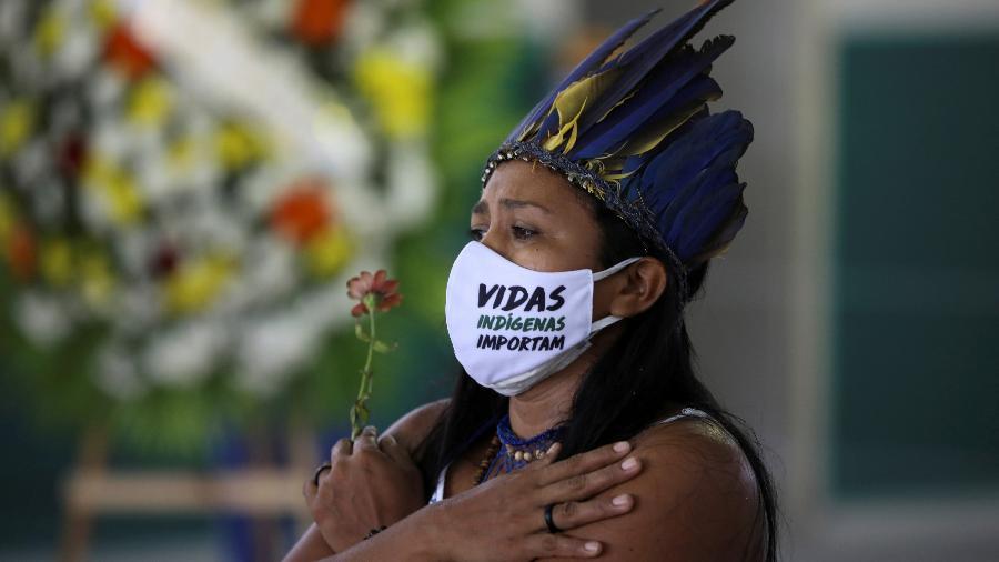 """Indígena usa máscara que diz """"Vidas indígenas importam"""" durante funeral do Chefe Messias Kokama, 53, do Parque das Tribos, falecido devido à covid-19 em Manaus - BRUNO KELLY/REUTERS"""