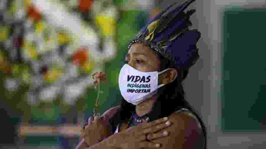 Indígena participa do funeral do Chefe Messias Kokama, 53, do Parque das Tribos, falecido devido à covid-19 em Manaus - BRUNO KELLY/REUTERS