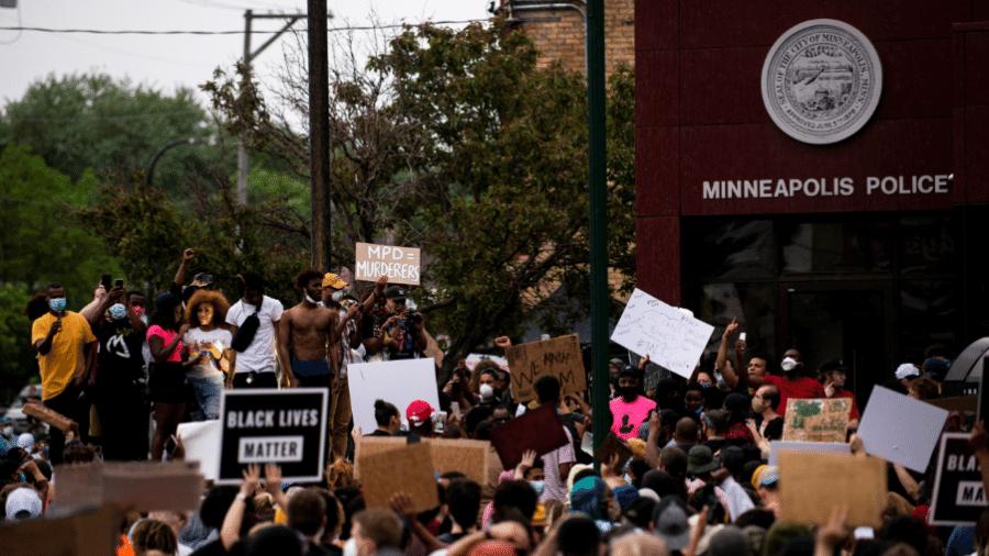 27.mai.2020 - Manifestantes protestam contra a morte de George Floyd, nos Estados Unidos - Stephen Maturen/Getty Images