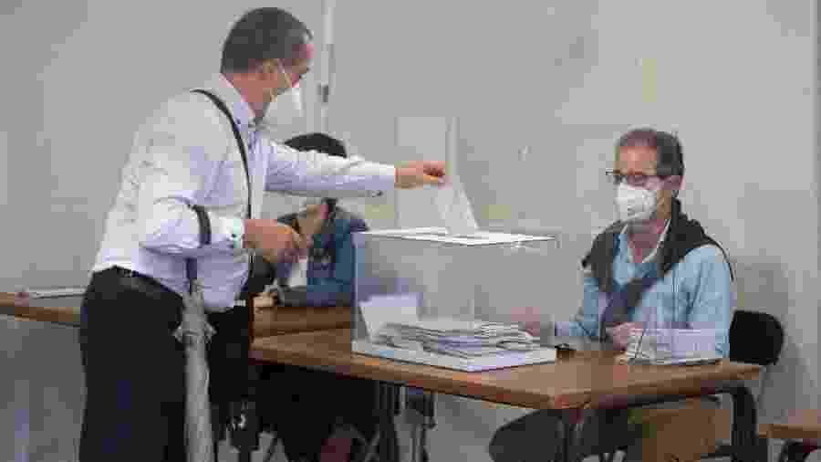 12.jul.2020 - Homem usa máscara durante votação em Ordizia - ANDER GILLENEA / AFP