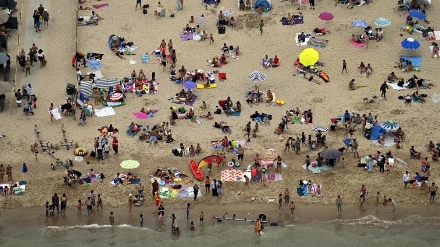 Banhistas frequentam praia em Oostende, na Bélgica - 8.ago.2020 - Eric Lalmand/AFP