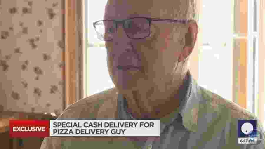O entregador de pizza de 89 anos teve o vídeo de seu trabalho compartilhado no TikTok por um cliente, nos EUA - Reprodução/YouTube/KSL News