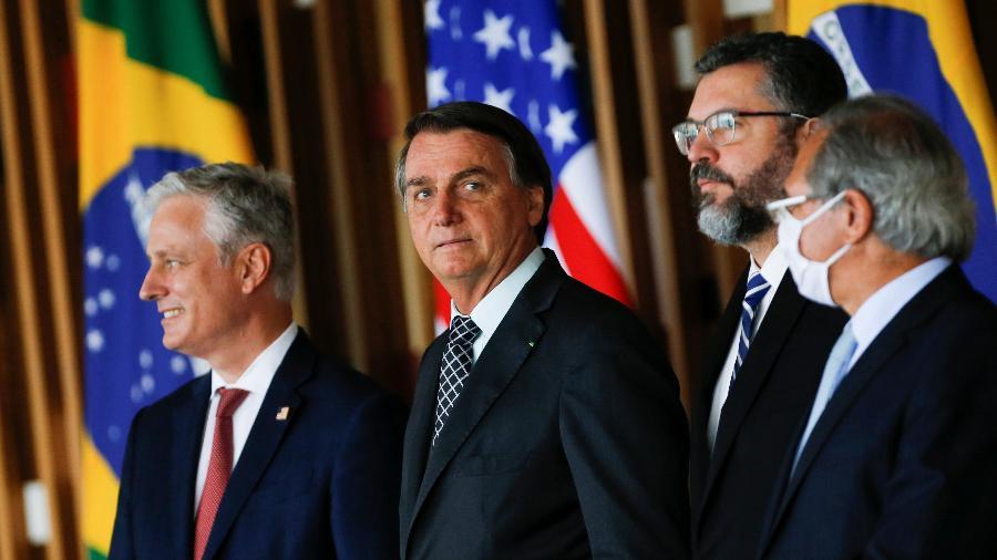 """Jair Bolsonaro ao lado de Robert O""""Brien, conselheiro de Segurança Nacional dos Estados Unidos, e dos ministros Ernesto Araújo e Paulo Guedes durante assinatura de memorando - Adriano Machado/Reuters"""