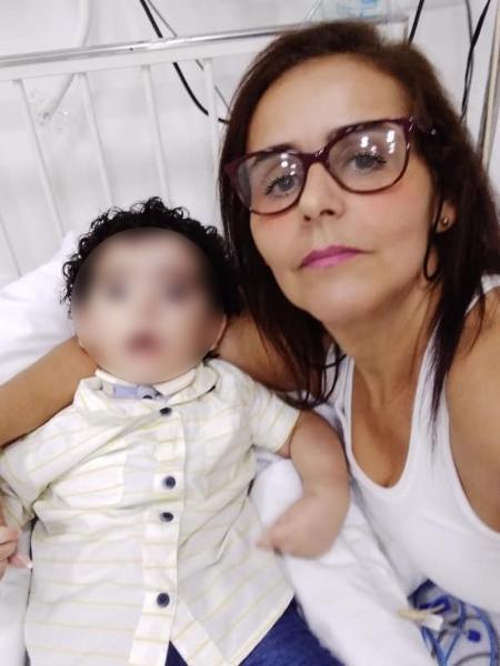 A cuidadora de idosos Maria Cristina da Silva Barros, de 50 anos, e seu neto - Arquivo pessoal