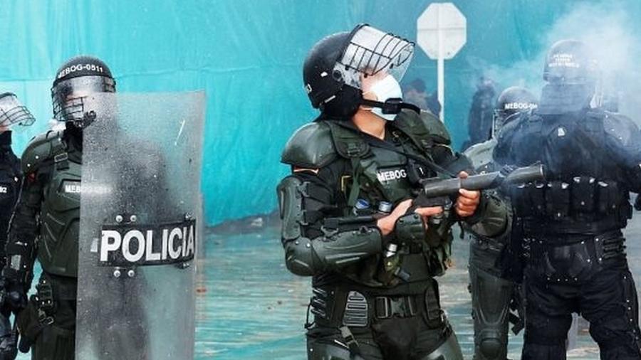 A polícia colombiana foi duramente criticada pelo uso excessivo da força durante os protestos - EPA