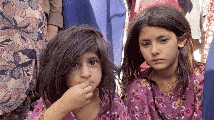 Duas filhas de Asadullah, que junto com sua esposa, tiveram que dormir na rua quando chegaram a Cabul - BBC - BBC