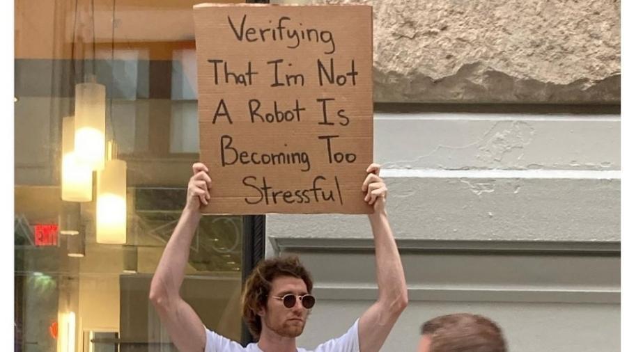 """""""Verificar que eu não sou um robô está se tornando muito estressante"""", diz a placa - Reprodução"""