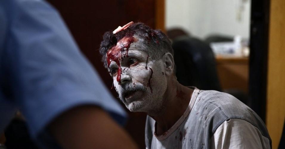 30.jun.2015 - Sírio aguarda tratamento em um hospital improvisado em Douma, área controlada pelos rebeldes a leste da capital da Síria, Damasco, após ataques aéreos das forças do ditador Bashar Assad