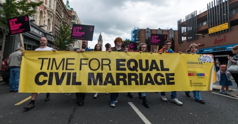 1º.ago.2015 - Milhares de pessoas participam da Marcha do Orgulho Gay em Belfast, na Irlanda do Norte, neste sábado (1º). O evento deste ano foi focado na luta pelo casamento gay. Na faixa (foto), lê-se, em tradução livre,