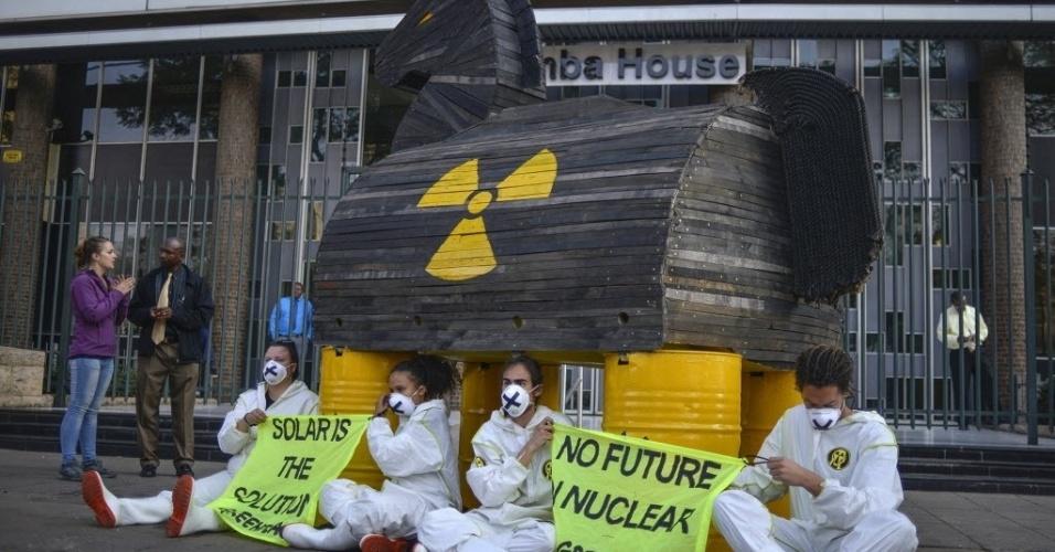 25.ago.2015 - Ativistas do Greenpeace protestam com um cavalo de Tróia contra a produção de energia nuclear, em frente ao portão do Departamento da Energia da África do Sul, em Pretória