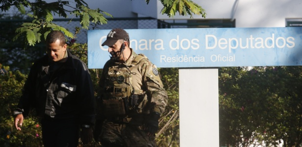 Movimentação de policiais federais nas imediações da residência oficial do presidente da Câmara durante a Operação Catilinárias