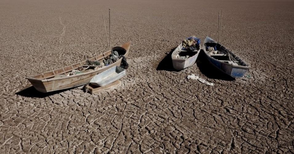 18.dez.2015 - Barcos de pescadores ficam no chão com a seca no lago Poopó, em Oruro, na Bolívia. O lago costumava ser o segundo maior do país, atrás do famoso Titicaca, mas secou por completo. Sem água, os animais locais morreram aos montes, e as famílias que moravam nas redondezas perderam a fonte de comida e trabalho, sendo forçados a se mudar