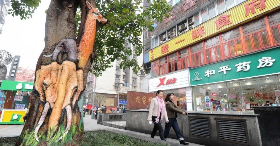 5.jan.2016 - As árvores de Chongqing, na China, receberam gravuras em forma de grafite