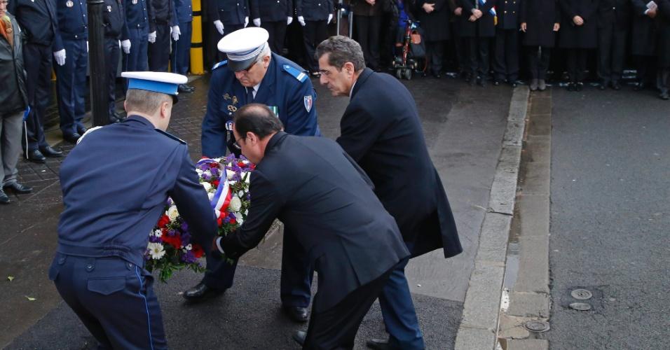 """9.jan.2016 - Presidente francês François Hollande deposita flores homenageando a policial Clarissa Jean-Philippe, morta em Montrouge, em 9 de janeiro do ano passado. Hollande está homenageando as 17 vítimas mortas em ataques terroristas há um ano, entre elas as do ataque ao jornal satírico """"Charlie Hebdo"""""""