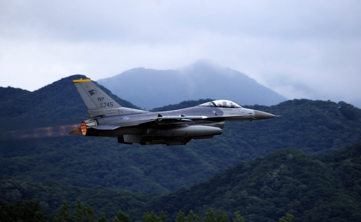 13.jan.2016 - O caça General Dynamics F-16 Fighting Falcon voou sobre a base aérea de Kunsan, na Coreia do Sul. O clique tirado dia 8 de julho entrou no ranking de melhores imagens da Força Aérea americana tiradas em 2015, criado pelo site Business Insider