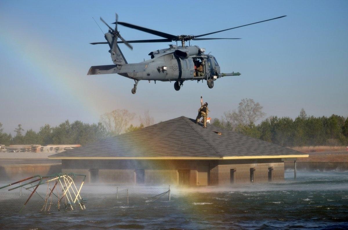 13.jan.2016 - A formação de um arco-íris durante uma missão de resgate em Perry, na Geórgia, fez com que essa imagem de soldados em um salvamento após a passagem do furacão Katrina, em março, entrasse para o ranking de fotografias mais bonitas da Força Aérea dos Estados Unidos tiradas em 2015