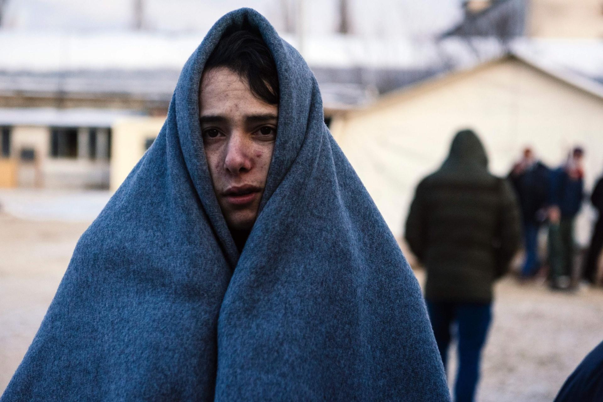 22.jan.2016 - Um imigrante se protege do frio em um ponto de registro em Presevo, na Sérvia, após cruzar a fronteira com a Macedônia