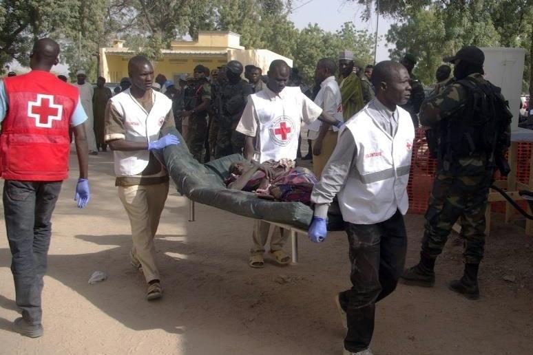 29.jan.2016 - Mulher ferida é socorrida depois de ataque suicida na cidade de Kerawa, no norte de Camarões. De acordo com a mídia local, o ataque de duas mulheres-bomba deixou ao menos quatro mortos e vários feridos - foi o segundo ataque nesta semana na região, alvo do grupo terrorista nigeriano Boko Haram