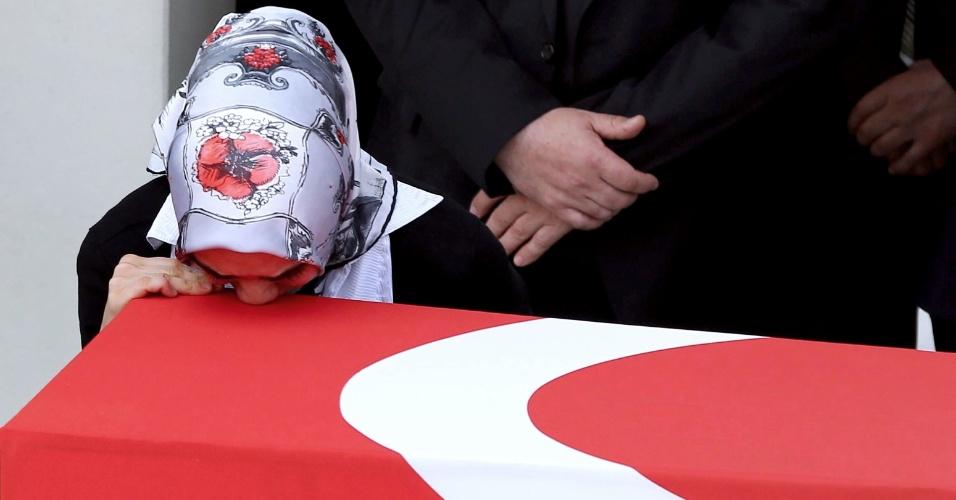 18.fev.2016 - Na Turquia, uma parente do oficial do Exército Seckin Cil, que morreu durante operação no distrito de Sur, chora enquanto se debruça sobre o caixão coberto com a bandeira turca durante funeral na capital Ancara