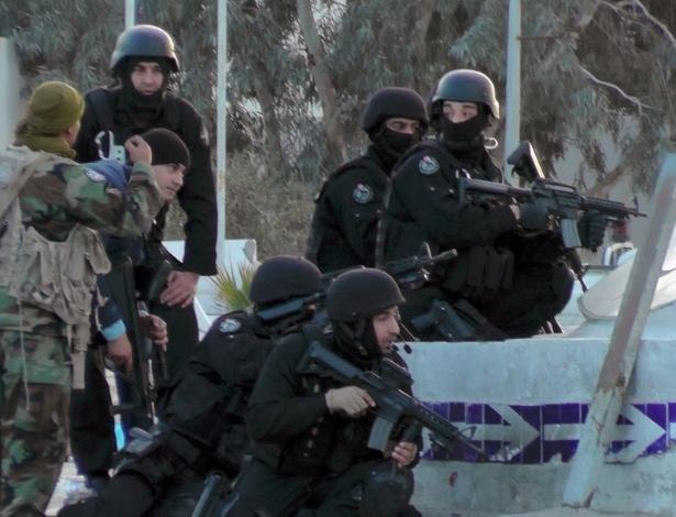 7.mar.2016 - Forças especiais da Tunísia entram em posição durante confronto com milicianos na cidade de Ben Guerdane, perto da fronteira com a Líbia