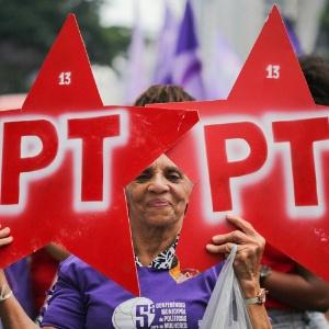 Mulher aparece com cartazes em defesa do PT durante ato na avenida Paulista, em São Paulo, na terça (8)