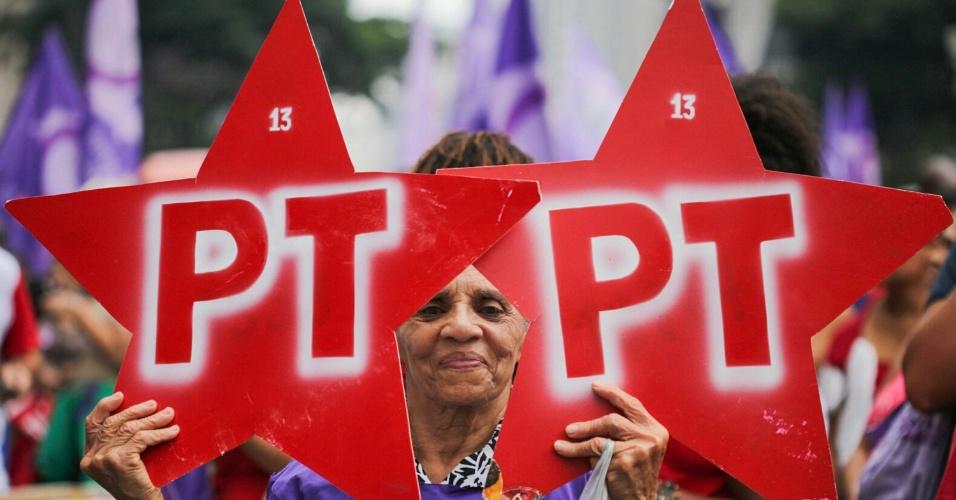 8.mar.2016 - Mulher aparece com cartazes em defesa do PT durante ato na avenida Paulista, em São Paulo. Ação ocorre no Dia Internacional da Mulher