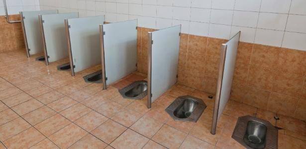 """A maioria dos chineses """"está acostumada a se agachar"""" nos banheiros"""