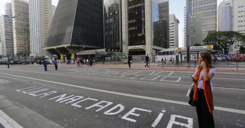 17.mar.2016 - Trecho da avenida Paulista interditada por manifestantes contra o governo Dilma Rousseff tem asfalto pichado com a frase