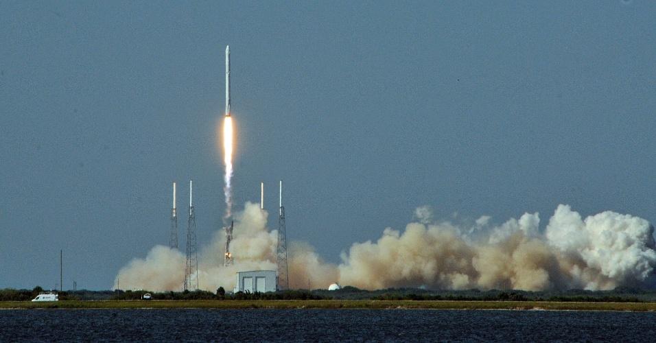 9.abr.2016 - A empresa americana SpaceX realizou lançou uma cápsula Dragon, levando suprimentos à Estação Espacial Internacional. Mas o grande destaque ficou por conta do primeiro estágio do foguete Falcon 9, que, após ser descartado, fez um pouso perfeito numa balsa no oceano Atlântico