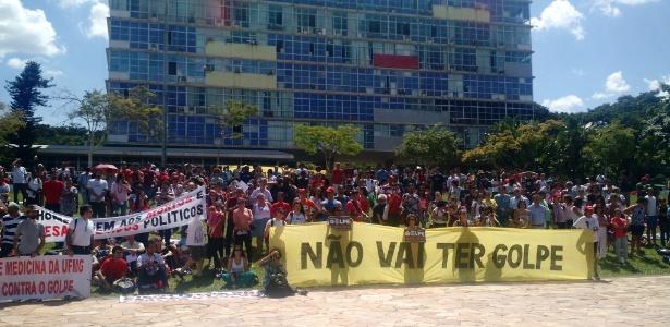 Estudantes e professores protestam na UFMG contra impeachment da presidente Dilma Rousseff