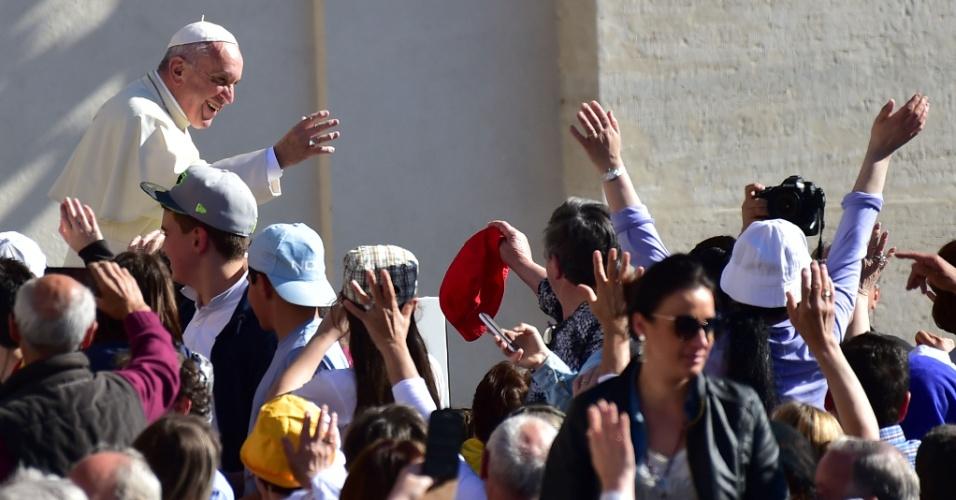 20.abr.2016 - Papa Francisco cumprimenta fiéis em sua chegada para a audiência semanal na Praça São Pedro, no Vaticano