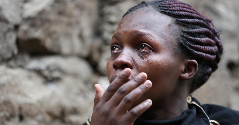 30.abr.2016 - Mulher chora enquanto observa o resgate de soterrados após o desabamento de um prédio de seis andares em Nairóbi, capital do Quênia, após forte chuva. O desabamento deixou ao menos dez mortos e dezenas de feridos