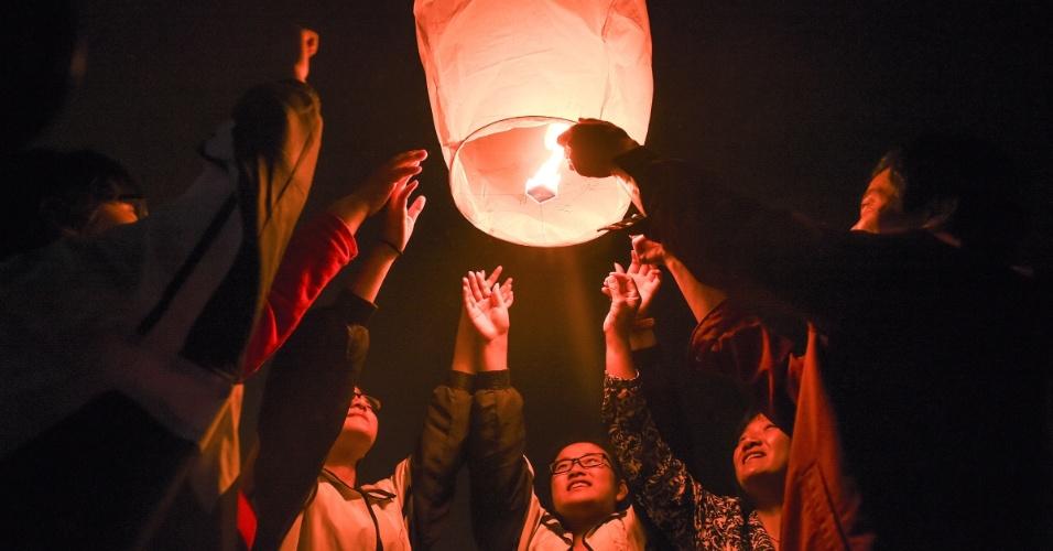 4.jun.2016 - Estudantes e seus familiares acendem um balão chamado Kongming na cidade de Lu'an, na China. O Kongming é um globo pequeno de ar quente que tem como propósito dar boa sorte para o próximo vestibular da universidade da Escola Superior de Maotanchang. O exame nacional para entrar na universidade começa em 7 de junho