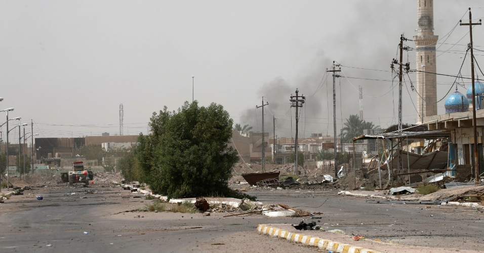 19.jun.2016 - Veículo das forças de segurança do Iraque patrulha as ruas no centro de Falluja em meio a um cenário de total destruição. Na sexta (17), militares iraquianos declarou a retomada da cidade, que era a que estava há mais tempo sob domínio do grupo terrorista Estado Islâmico