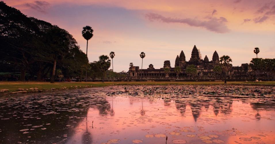 27.jul.2016 - O sol nasce em Angkor Wat, no Camboja. O complexo, construído no séc. XII, era originalmente dedicado ao deus hindu Vishnu, mas foi convertido em centro budista no século seguinte