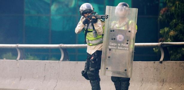 Policiais reprimem protesto de oposicionistas a favor de referendo pela saída do presidente Nicolás Maduro, em Caracas, na Venezuela