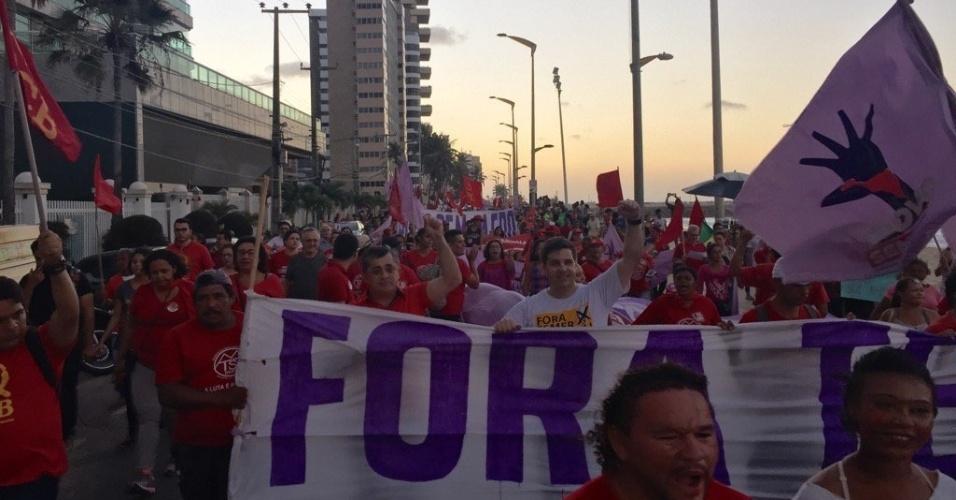 7.set.2016 - Manifestantes pedem a saída do presidente Michel Temer da Presidência da República durante ato na praia de Iracema, em Fortaleza (CE)