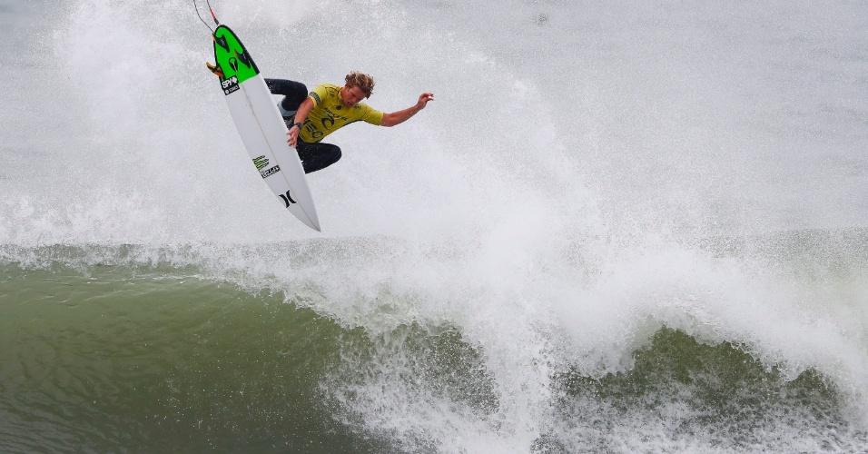 25.out.2016 - Surfista norte-americano John John Florence voa sobre a onda para ganhar o campeonato mundial na praia Supertubos, em Peniche (Portugal)