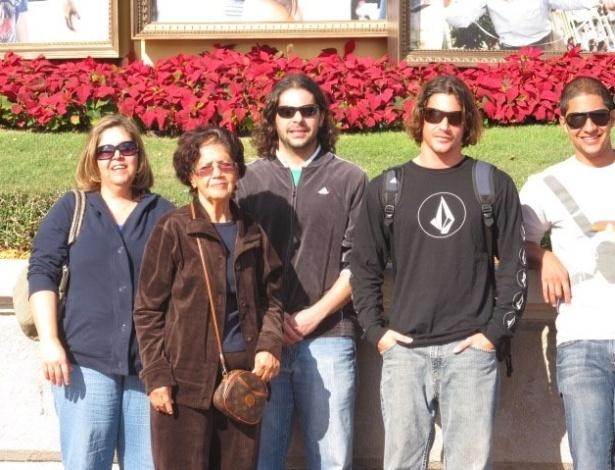 A mineira Suely Leroy Ribeiro, 60 (à esq), com a mãe e os três filhos, que cursam universidade em Boston