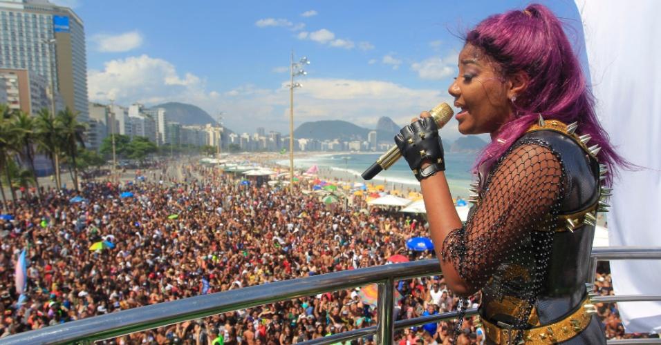 11.dez.2016 - Principal atração da 21º Parada do Orgulho LGBT, a cantora Ludmilla se apresenta em trio elétrico na praia de Copacabana, zona sul do Rio de Janeiro